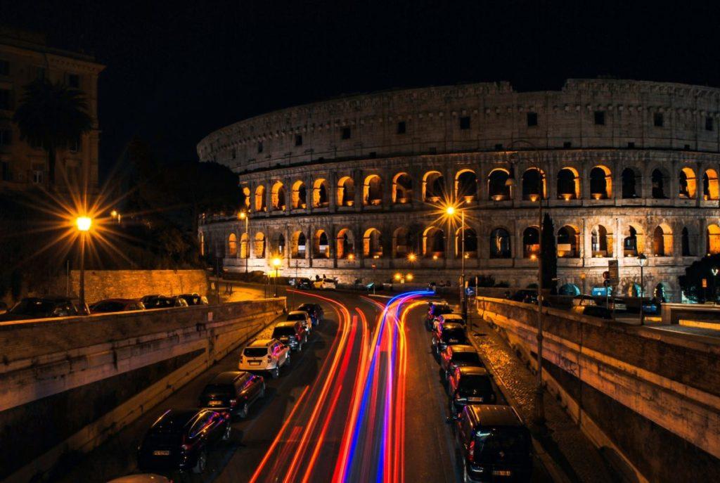Noleggia un'auto con conducente e scopri la magia di Roma sotto le stelle